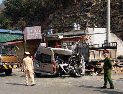 Xe du lịch đâm đuôi ôtô tải ở Mộc Châu, 14 người thương vong - Ảnh 1