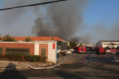 Cháy lớn tại khu công nghiệp Biên Hòa 2, hàng nghìn m2 nhà xưởng bị thiêu rụi - Ảnh 1