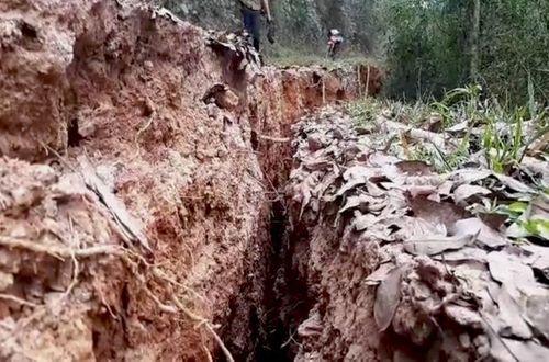 Nghệ An: Núi nứt, nhiều hộ dân phải di dời khẩn cấp - Ảnh 1