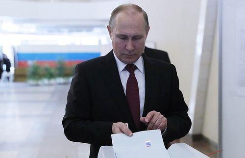 Đương kim Tổng thống Nga Vladimia Putin đi bầu cử - Ảnh 1