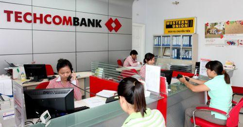Techcombank bán cổ phiếu bằng 1/10 giá thị trường, nhiều sếp lớn gom mua ào ạt - Ảnh 1