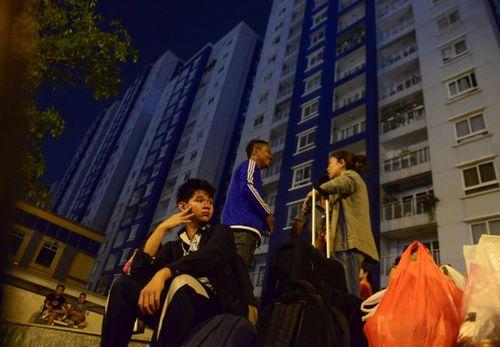 Sau vụ cháy chung cư Carina Plaza, dân vạ vật tìm chỗ ngủ qua đêm - Ảnh 3