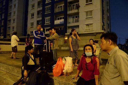 Sau vụ cháy chung cư Carina Plaza, dân vạ vật tìm chỗ ngủ qua đêm - Ảnh 4