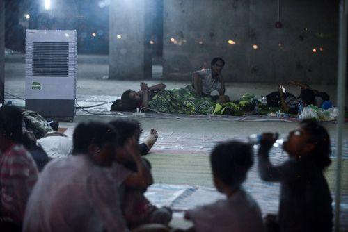 Sau vụ cháy chung cư Carina Plaza, dân vạ vật tìm chỗ ngủ qua đêm - Ảnh 5