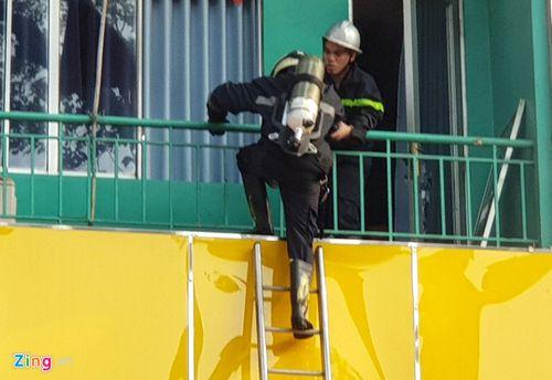 TP.HCM: Khách sạn bốc cháy ngùn ngụt, cảnh sát nỗ lực giải cứu 19 người mắc kẹt  - Ảnh 1