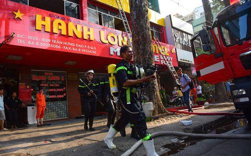 TP.HCM: Khách sạn bốc cháy ngùn ngụt, cảnh sát nỗ lực giải cứu 19 người mắc kẹt  - Ảnh 2