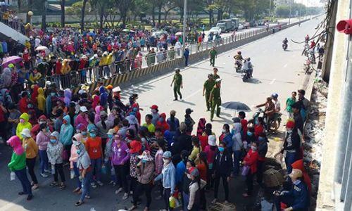 Đồng Nai: Quốc lộ 1K tê liệt vì công nhân tràn ra phản đối thang lương mới - Ảnh 1