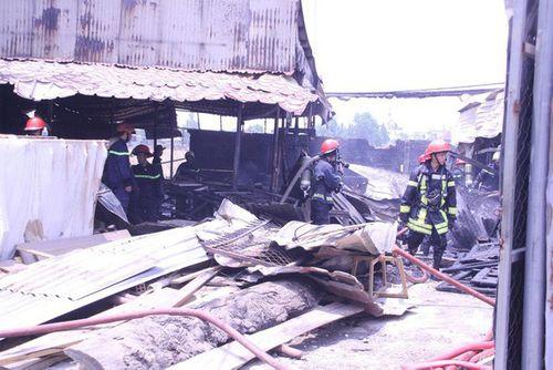 Xưởng gỗ bốc cháy dữ dội, dân hô hoán dập lửa - Ảnh 1