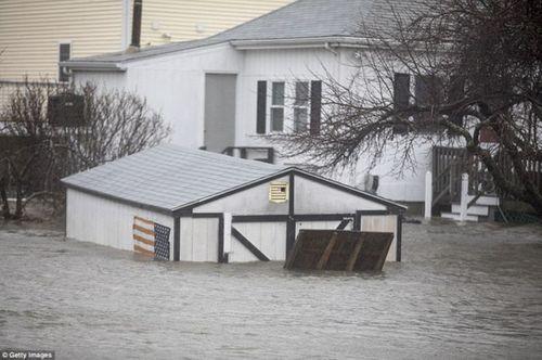 """""""Bom bão"""" hoành hành tại Mỹ: 5 người thiệt mạng, bờ Đông chìm trong biển nước - Ảnh 1"""