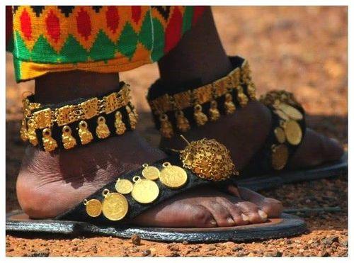 Bộ tộc châu Phi giàu đến nỗi đôi dép lê cũng gắn vàng ròng - Ảnh 2