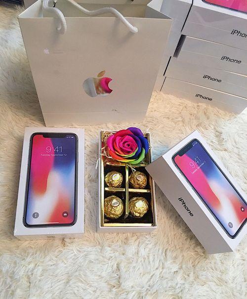 """Chị em """"ngất ngây"""" vì được tặng """"iPhone X"""" trong ngày Quốc tế Phụ nữ 8/3 - Ảnh 1"""