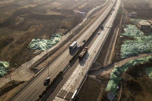 Trung Quốc xây đường năng lượng mặt trời, có khả năng tự sạc điện cho ôtô - Ảnh 1