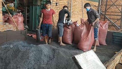 Đắk Nông: Cảnh sát tạm giữ hơn 20 tấn cà phê trộn lõi pin - Ảnh 1