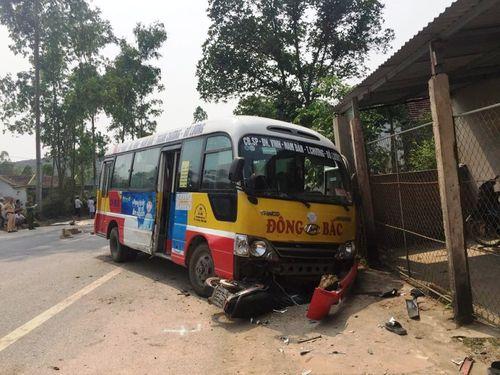 Nghệ An: Tạm giữ tài xế xe buýt tông 2 người tử vong - Ảnh 1