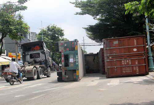 Xe container đâm dải phân cách, tài xế biến mất khỏi hiện trường - Ảnh 1