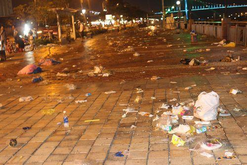 Đà Nẵng: Rác ngập đường sau đêm khai mạc lễ hội pháo hoa - Ảnh 1