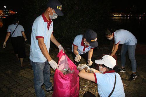 Đà Nẵng: Rác ngập đường sau đêm khai mạc lễ hội pháo hoa - Ảnh 3