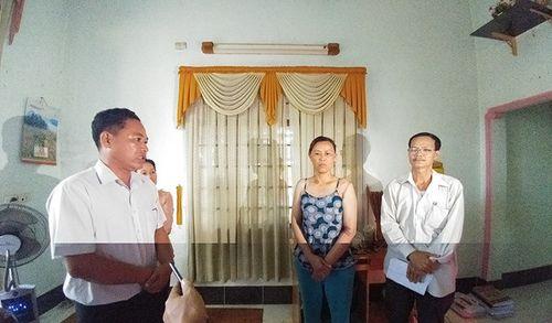 Vụ bé gái bị còng tay: 15 cán bộ đến xin lỗi, gia đình không chấp nhận - Ảnh 1