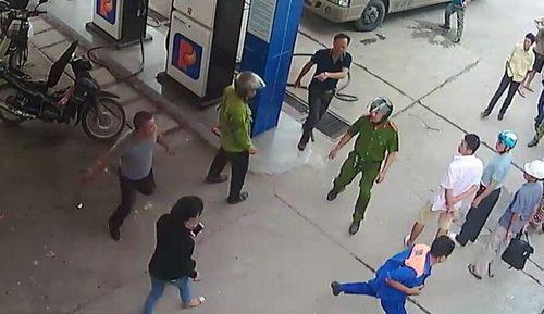 Quảng Ninh: Triệu tập người đàn ông đánh tới tấp nhân viên bán xăng  - Ảnh 1