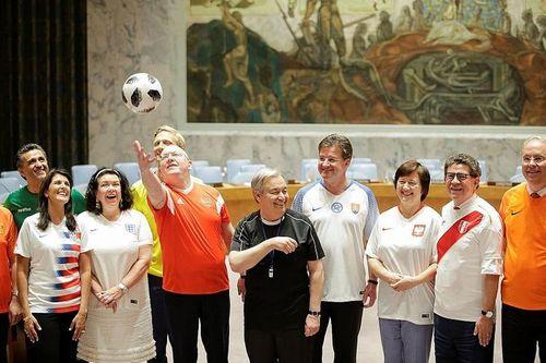 World Cup 2018: Các đại sứ LHQ bất ngờ mặc áo đội tuyển đi họp chương trình nghị sự - Ảnh 2