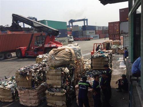 Hàng ngàn container phế liệu dồn ứ tại cảng TP.HCM - Ảnh 1