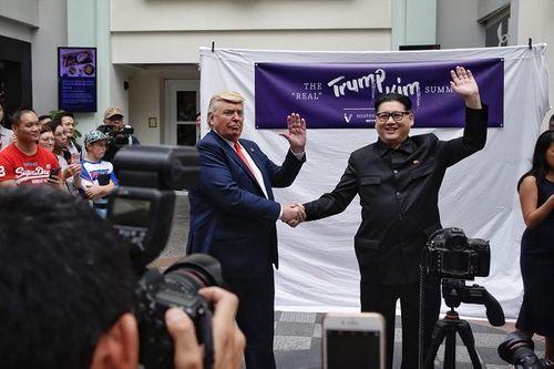 """Bộ đôi Kim - Trump """"hàng nhái"""" thu hút sự chú ý đặc biệt tại Singapore - Ảnh 1"""