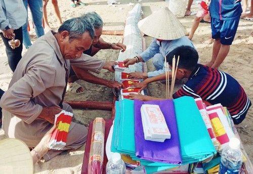 Người dân Quảng Bình an táng cá hố rồng dài 5m trôi dạt vào bờ biển - Ảnh 1