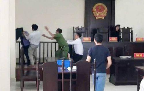 Khởi tố hai anh em ruột đánh kiểm sát viên ngay tại phiên tòa - Ảnh 2