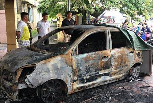 Ô tô của Đại úy CSGT bị đốt cháy ngùn ngụt ngay trước trụ sở công an - Ảnh 1
