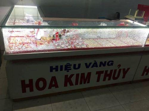 Quảng Nam: Táo tợn cầm búa đập kính, cướp tiệm vàng  - Ảnh 2