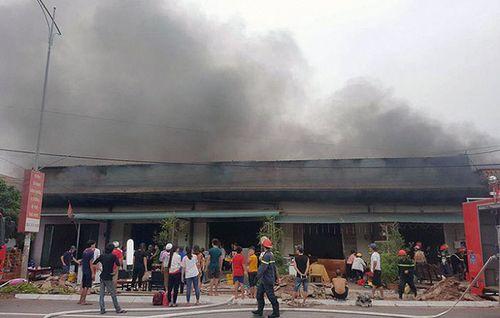 Hỏa hoạn kinh hoàng thiêu rụi 5 quán karaoke tại TP Móng Cái - Ảnh 1