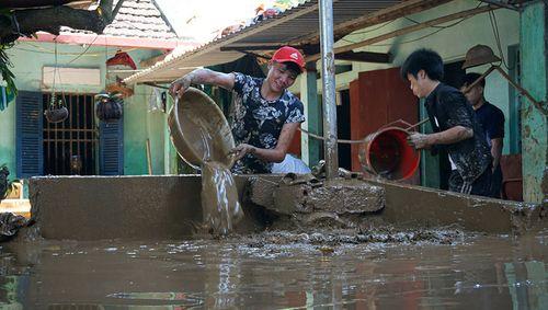 Thanh Hóa: Lũ rút, hàng nghìn hộ dân cật lực dọn bùn dày gần nửa mét - Ảnh 2