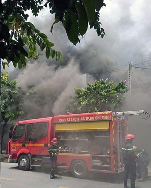 TP.HCM: Quán karaoke bốc cháy ngùn ngụt, nhân viên nháo nhào chạy ra đường - Ảnh 1