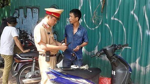 Hà Nội: Bắt giữ người đàn ông đi xe máy gắn biển số không có trong dữ liệu quản lý - Ảnh 1