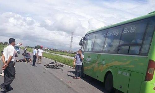 Chạy xe máy đâm trực diện vào xe khách, 2 thanh niên tử vong tại chỗ - Ảnh 1
