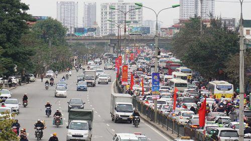 """Hà Nội: Dòng người """"chôn chân"""" trên đường trong cái rét ngọt sau 4 ngày nghỉ Tết Dương lịch - Ảnh 1"""