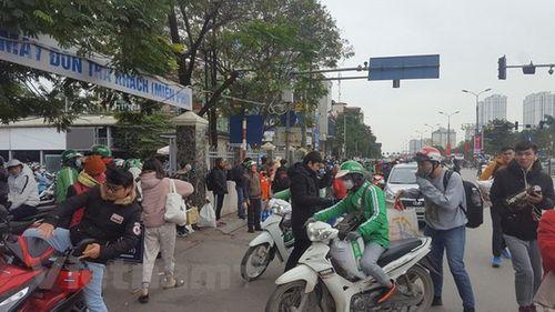 """Hà Nội: Dòng người """"chôn chân"""" trên đường trong cái rét ngọt sau 4 ngày nghỉ Tết Dương lịch - Ảnh 6"""