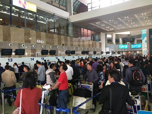 """Nhân viên an ninh hàng không Nội Bài bị """"cò"""" taxi dù hành hung, đánh gãy 4 răng cửa - Ảnh 1"""