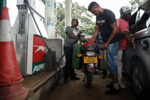 """Chỉ sau 1 đêm, giá xăng ở Zimbabwe tăng """"choáng váng"""" gấp hơn 2 lần - Ảnh 1"""