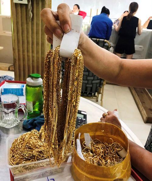 Lời khai không nhất quán của 2 đối tượng khả nghi bán cả bao tải vàng ở Quảng Nam  - Ảnh 2