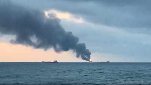 2 tàu chở chở dầu bốc cháy ngùn ngụt ở eo biển Kerch, ít nhất 11 thủy thủ thiệt mạng - Ảnh 1