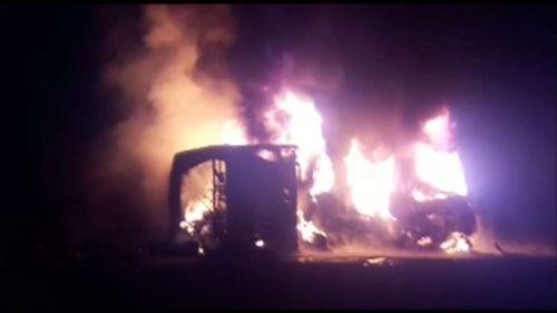 Tai nạn kinh hoàng giữa xe tải và xe buýt tại Pakistan, ít nhất 26 người thiệt mạng  - Ảnh 1