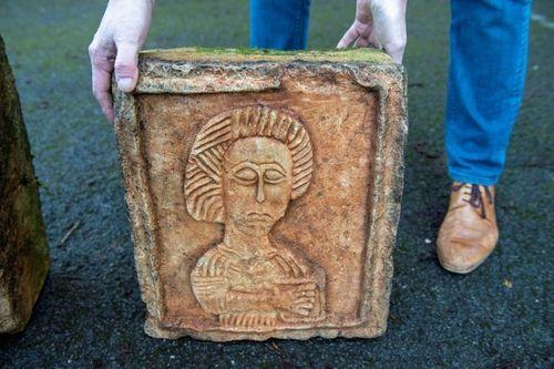 Hai tảng đá vứt lăn lóc ngoài vườn lại là báu vật khiến gia chủ hoảng hốt - Ảnh 2
