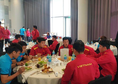 Khách sạn Dubai từ chối để CĐV Việt Nam gửi đồ ăn cho thầy trò HLV Park - Ảnh 1