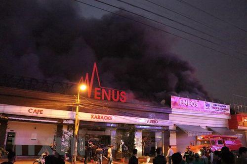 Quán karaoke ở Hải Phòng bốc cháy ngùn ngụt, lửa lan sang công ty và văn phòng bên cạnh - Ảnh 1