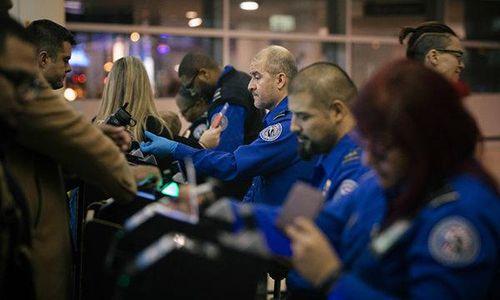 Bị yêu cầu làm việc không lương, hàng trăm nhân viên an ninh sân bay Mỹ đồng loạt cáo ốm - Ảnh 1