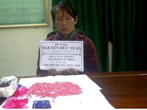 """Hà Tĩnh: Bắt khẩn cấp đối tượng """"ngụy trang"""" 1.400 viên hồng phiến trong áo khoác - Ảnh 1"""