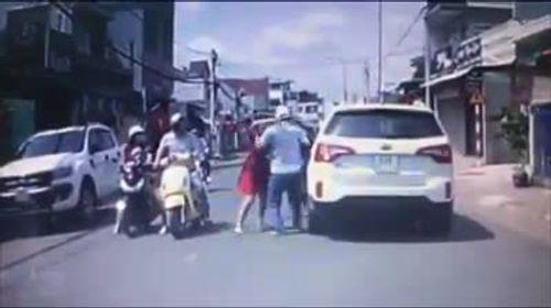 Video: Tài xế tát người phụ nữ chở con nhỏ ngày mùng 1 Tết đến tận nhà xin lỗi  - Ảnh 1