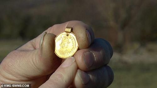 Ngỡ ngàng khi nhặt được mặt dây chuyền vàng 1.500 tuổi trên cánh đồng - Ảnh 1