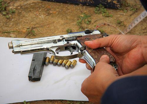 Vụ ôm súng cố thủ trong xe ô tô ở Hà Tĩnh: Phát hiện khẩu súng đã được lên đạn - Ảnh 1